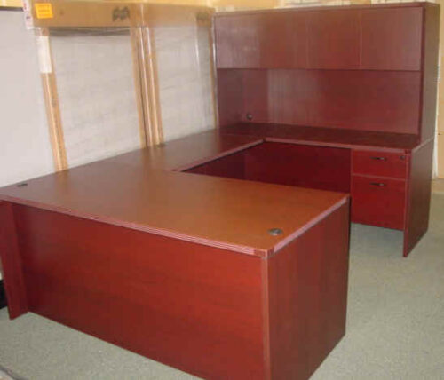 Small executive U with closed hutch