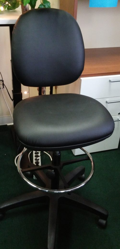 Adjustable swivel drafting stool